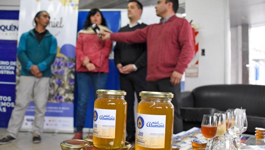 La secretaria de Producción Amalia Sapag y el intendente de Aluminé Gabriel Álamo presentaron la actividad. Foto Florencia Salto