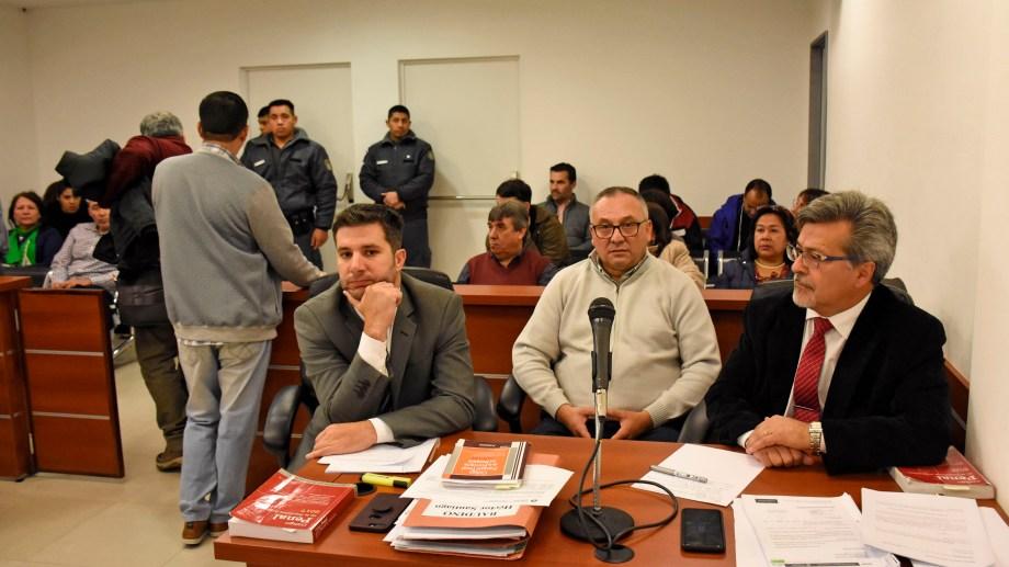 Baudino, en medio de sus abogados Gutiérrez y Mendaña. (Foto Florencia Salto)