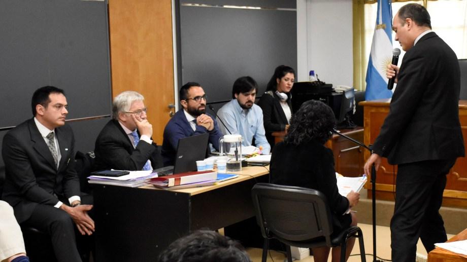 Una de las testigos de la audiencia del martes revisa  documentación a pedido del fiscal Márquez Gauna. (Foto Florencia Salto)