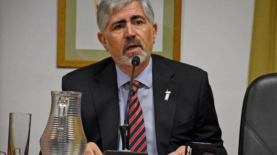 Álvaro Meynet lee el veredicto que declara responsable al ginecólogo. (Foto Florencia Salto)