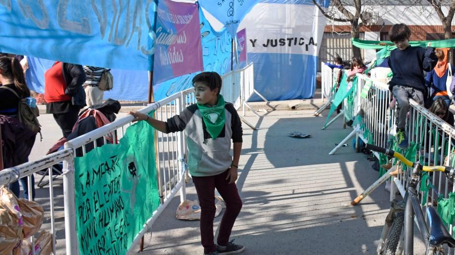 Así de cerca estuvieron durante las audiencias las organizaciones identificadas con los colores verde y celeste. (Foto Florencia Salto)