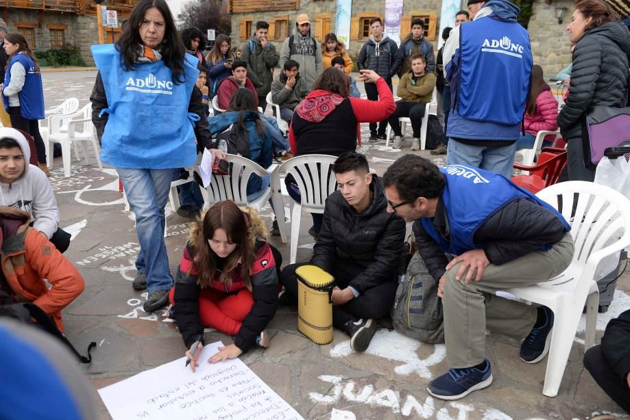 El reclamo universitario se realizó en el Centro Cívico. Foto: Chino Leiva