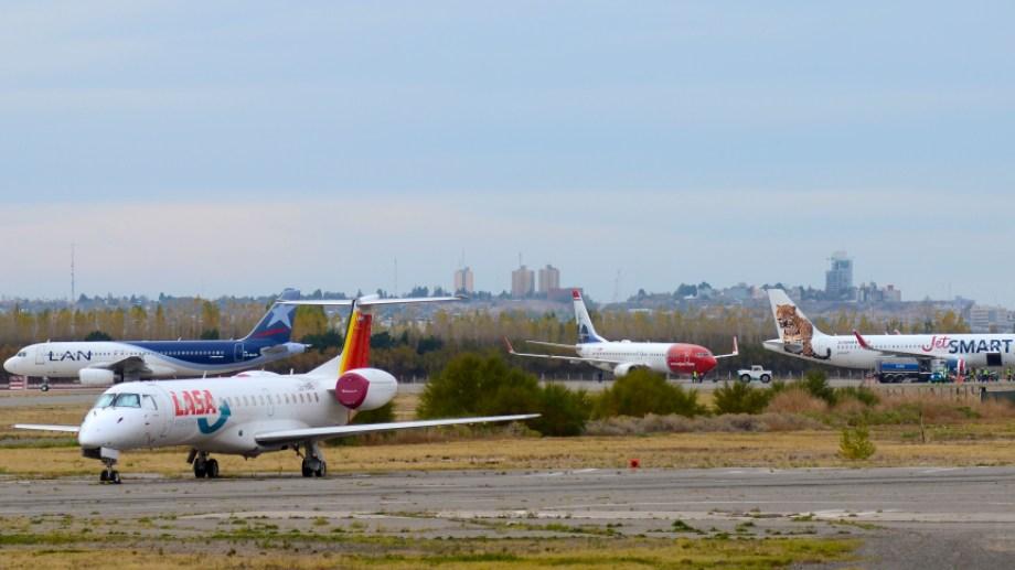 El aeropuerto de Neuquén en épocas de vuelos diarios. (Foto: Mauro Pérez)