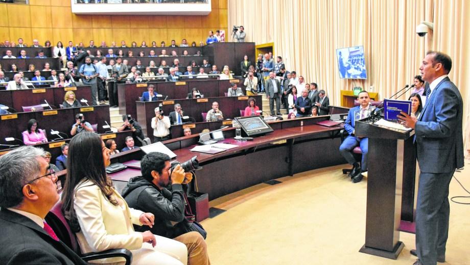 El 21 de marzo, el gobernador llevó un paquete de leyes a la Cámara. Foto Florencia Salto