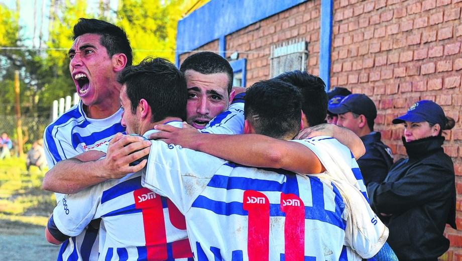 Todos abrazan al héroe de la tarde. Emmanuel Rodríguez le dio la clasificación al Chichinales.