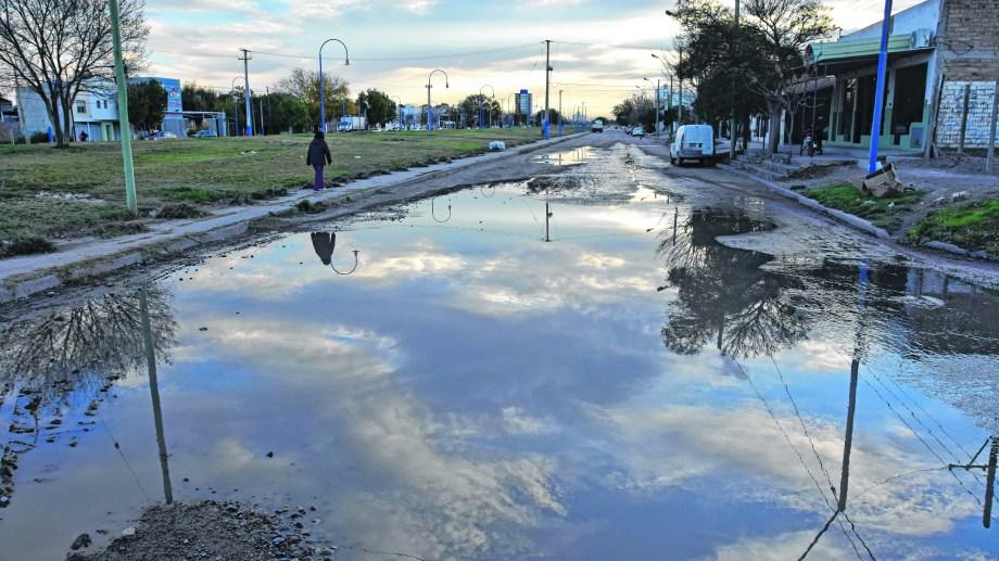 La calle José Ingenieros, una de las postales del colapso sin solución que padecen los vecinos.