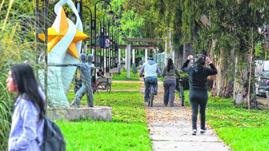 El parque Integración, una imagen que sintetiza la fusión entre lo urbano y lo productivo. (Foto César Izza)
