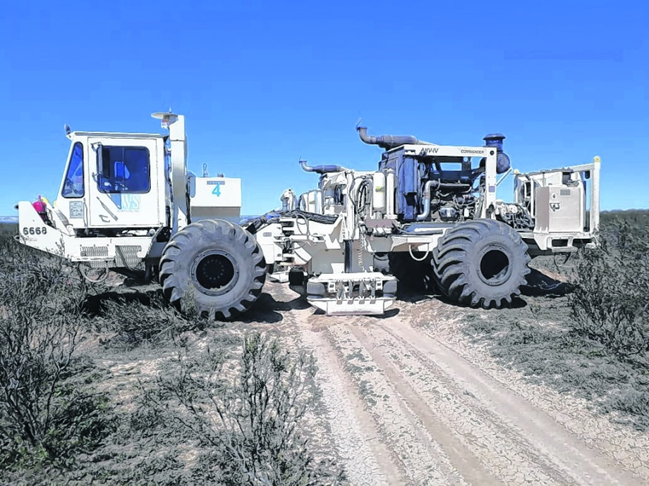 Camiones vibros. La firma propuso una exploración sísmica 3D que  fue determinante para quedarse con la adjudicación.