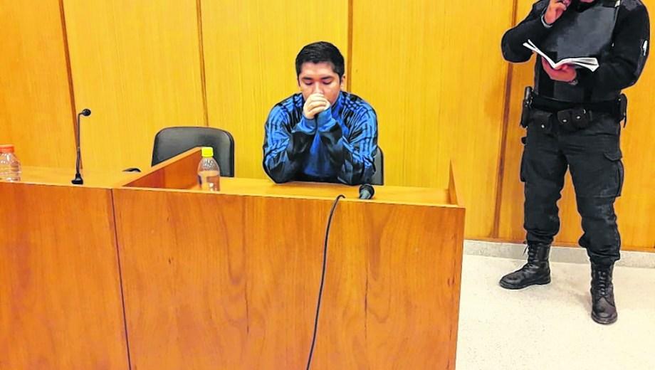Linares llegó esposado a la audiencia donde se le prorrogó por cuatro meses la prisión preventiva.