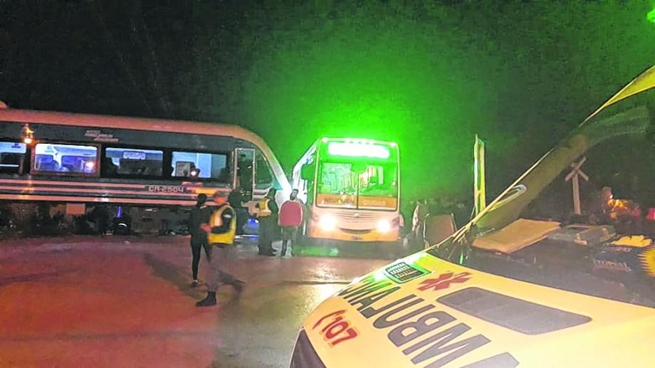 Diez personas resultaron con heridas leves. Unos fueron derivados al Castro Rendón y otros al Bouquet Roldán. Foto: Juan Thomes