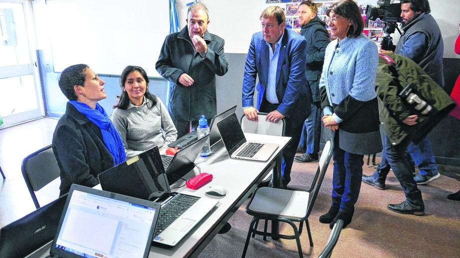 Weretilneck en la inauguración de la sede de la ESRN Rural, Virtual, de Viedma. Profesoras narran la metodología de la enseñanza. Foto : Marcelo Ochoa