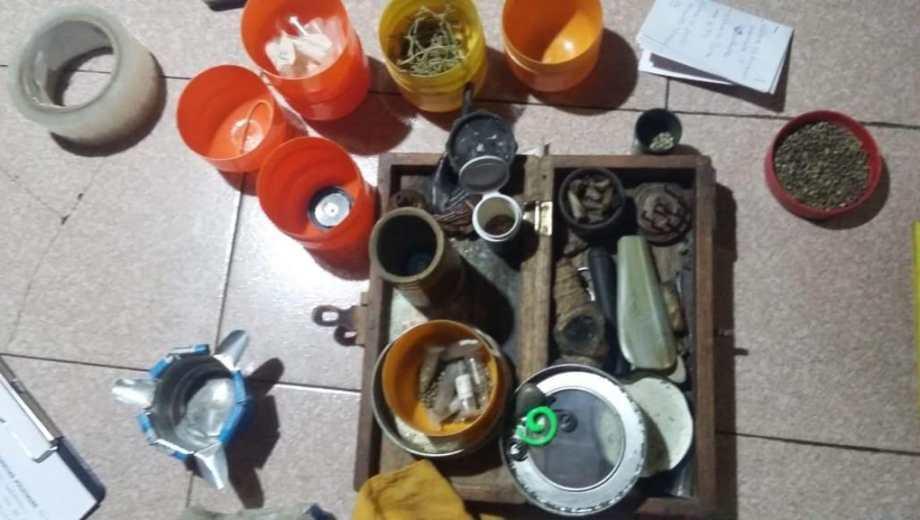 La policía secuestró seis kilos de marihuana, frascos, semillas y armas. (Foto: Gentileza.-)