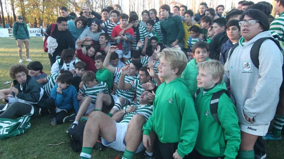 Los jóvenes del Verde disfrutaron de la victoria del equipo mayor. (Foto: Oscar Livera)