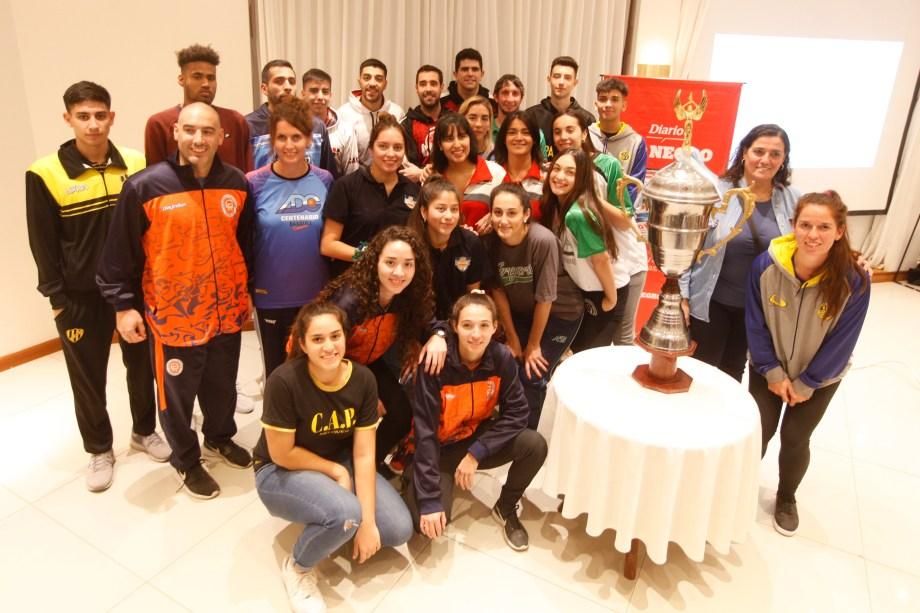 Los y las basquetbolistas dijeron presente en el lanzamiento del torneo. Desde el viernes comienzan a verse las caras. (Foto: Juan Thomes)