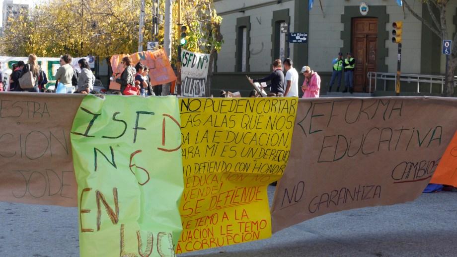 Esta mañana los estudiantes protestaron en Casa de Gobierno.