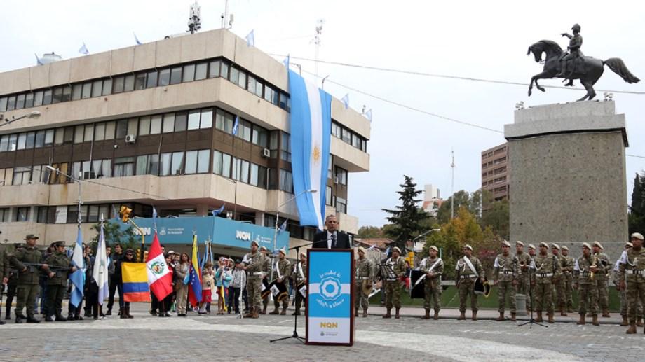El monumento a San Martín fue escenario del festejo del 25 de Mayo. La municipalidad lució una gigantesca bandera. Gentileza municipalidad de Neuquén