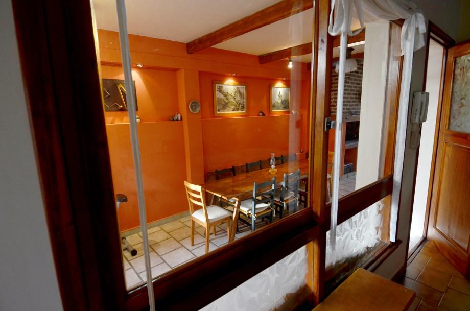 Aberturas vidriadas conectan el quincho y la cocina.