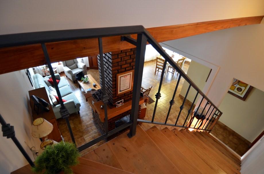 La escalera sale del living al altillo, totalmente nuevo, ganado a expensas del espacio muerto destinado al tanque de reserva.