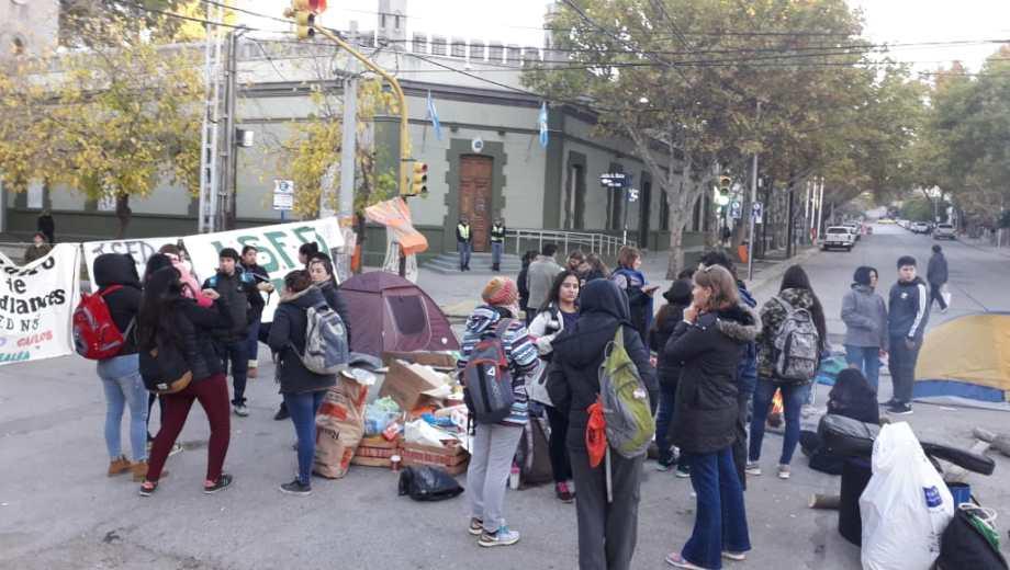 Los estudiantes mantuvieron el acampe que iniciaron ayer, reclamando la construcción de edificios propios. (Juan Thomes).-