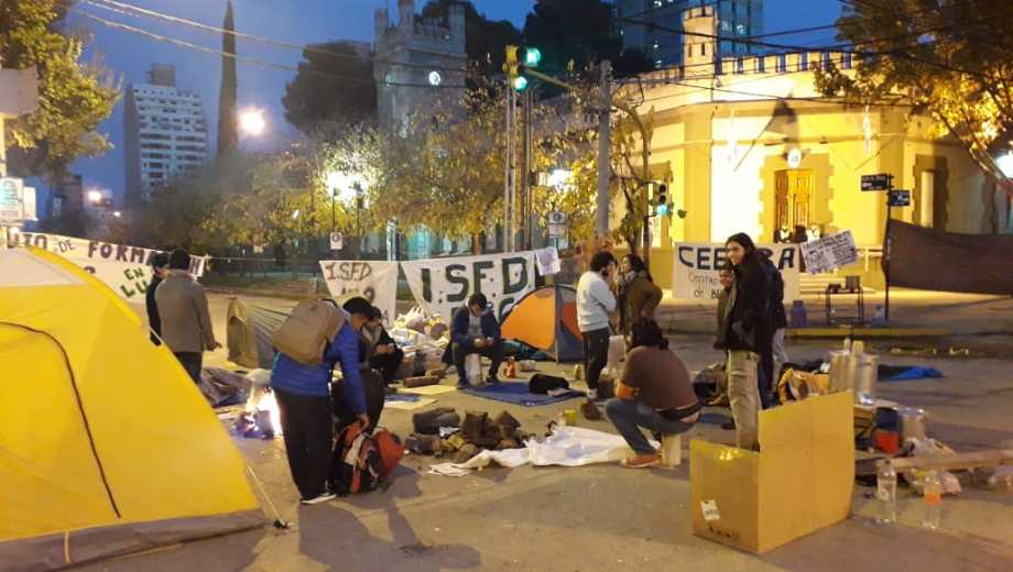 Los estudiantes mantuvieron el acampe frente a la Casa de Gobierno por tercer día consecutivo. (Mauro Pérez).-