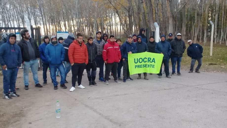Los desocupados bloquearon el ingreso al yacimiento Río Neuquén esta mañana. (Gentileza).-