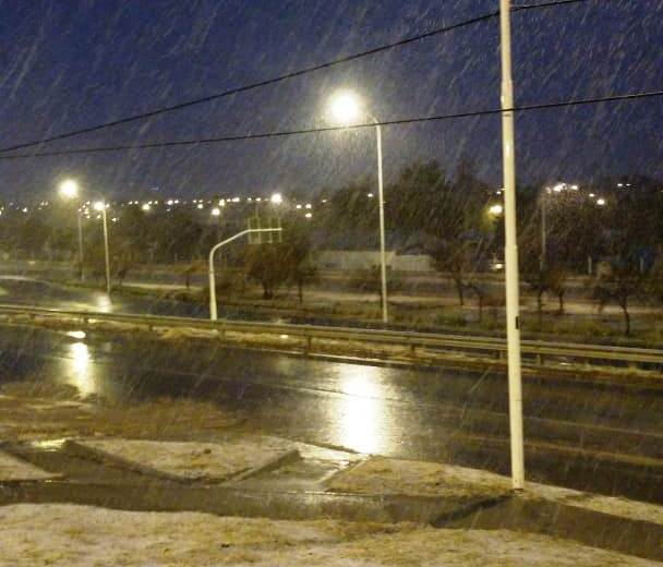 Este lunes Zapala amaneció bajo la primera nevada de la época fría. (Gentileza)