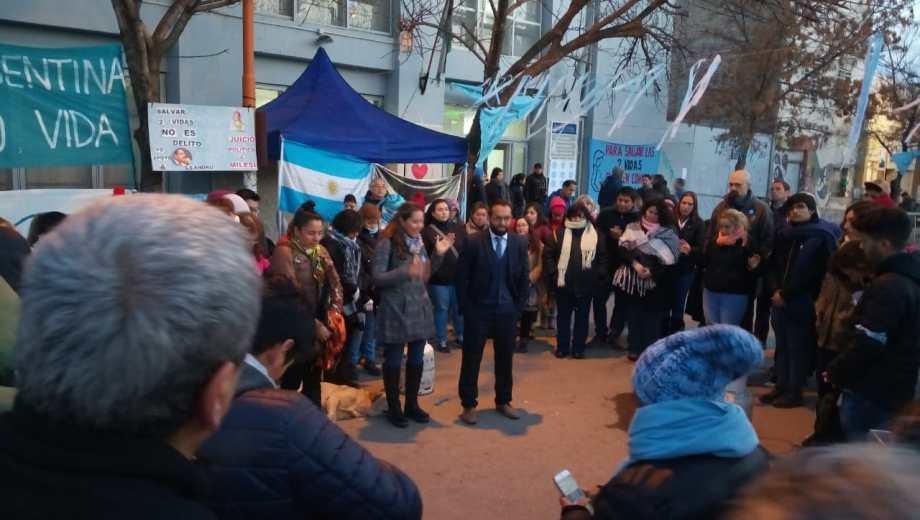 Afuera de los tribunales de Cipolletti grupos identificados con el color celeste esperan el veredicto. (Foto: Yamil Regules)