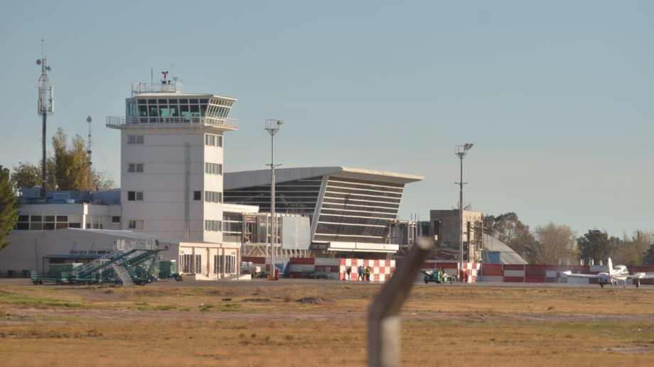Aterrizar las cargas en el aeropuerto de Neuquén permitiría agilizar los pasos administrativos aduaneros y acortar los tiempos. Foto: Yamil Regules.