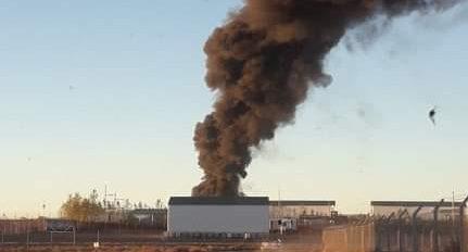 La enorme columna de humo negro que generó el incendio preocupó a los vecinos de Añelo. (Gentileza).-