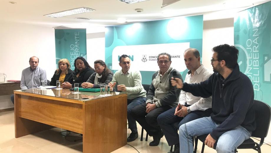 Los concejales Baggio y Zúñiga junto al presidente de CALF, Caipponi, dieron una conferencia de prensa esta mañana. (Gentileza).-
