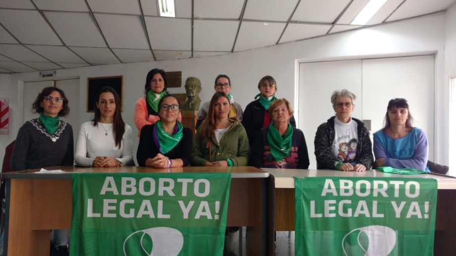 La regional Neuuqén de la Campaña por el Aborto Legal invitó al pañuelazo que se hará mañana, a las 17, en el monumento. (Gentileza).-