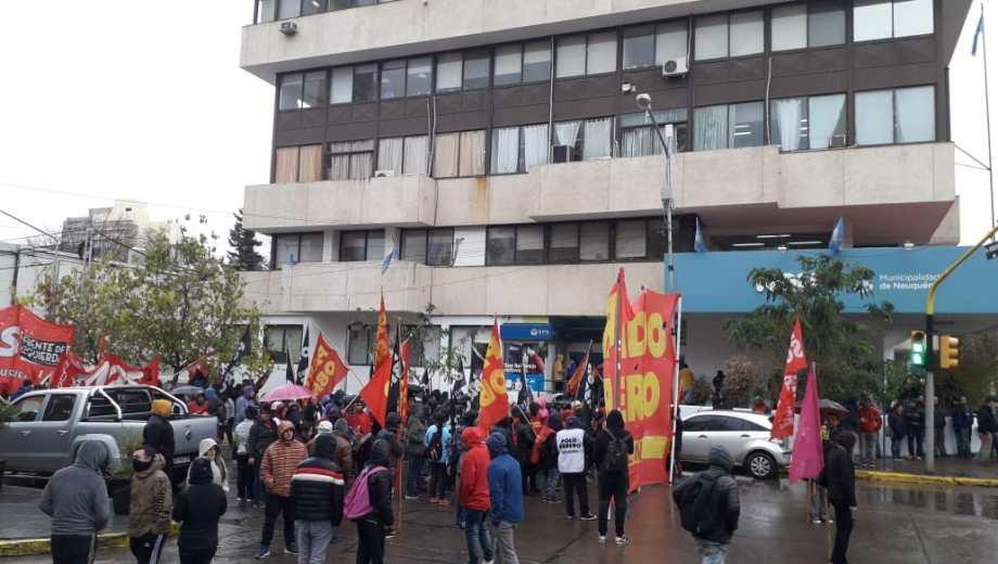 Las agrupaciones se concentraron sobre la calle Roca antes de comenzar la marcha convocada desde el monumento. (Mauro Pérez).-