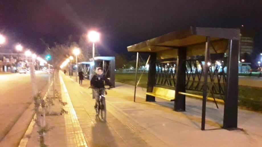 En bicicleta: una de las alternativas para enfrentar la ausencia de colectivos en el día de paro. (Mauro Pérez).-