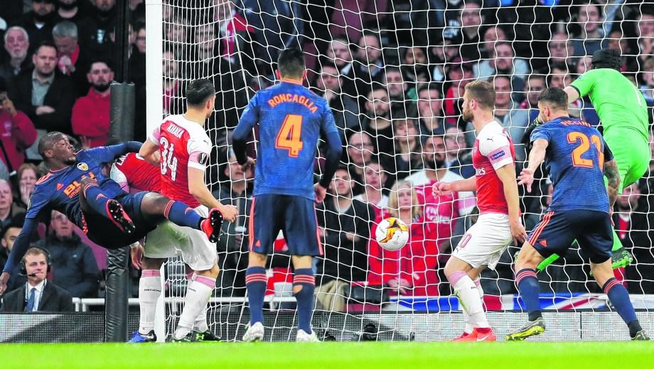 Valencia no pudo con el Arsenal y cayó 3-1 en la ida.