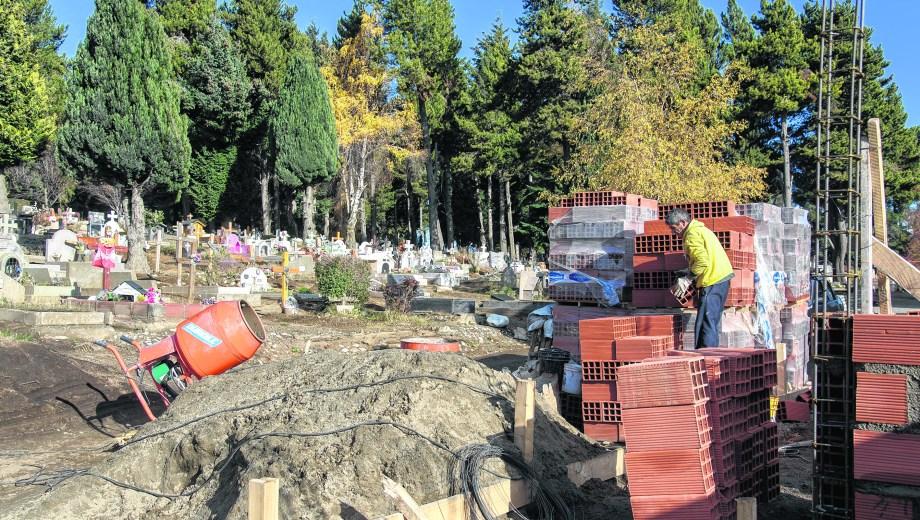No fue fácil encontrar una empresa y los obreros que quisieran trabajar en un cementerio. Foto: Marcelo Martínez