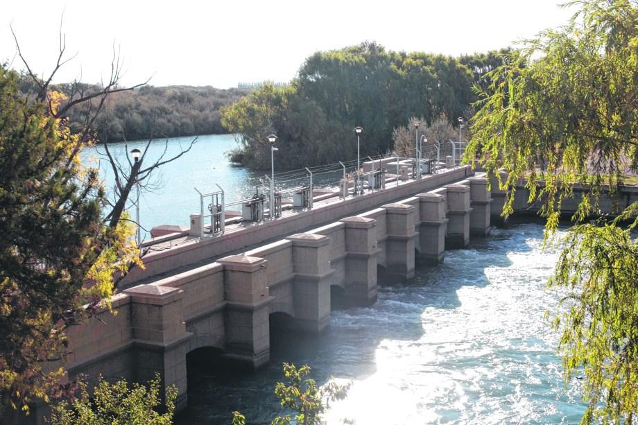 A través del dique Ballester, ubicado sobre el río Neuquén, se alimenta el sistema de riego del Alto Valle. (Foto: Juan José Thomes)