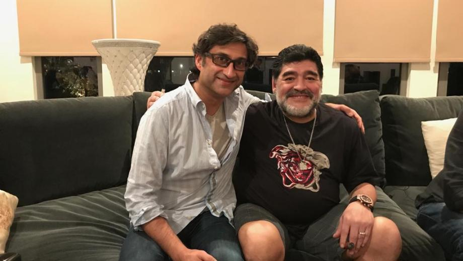 Diego con el director del documental Asif Kapadia en una de las entrevistas que tuvieron.