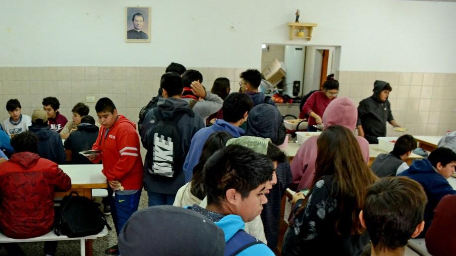 Los estudiantes colaboran con la elaboracion de la comida. (Foto: Mauro Pérez)