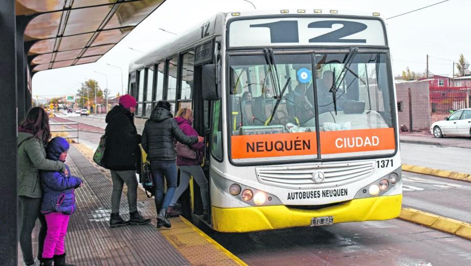 Los carriles exclusivos facilitan la circulación del transporte del Oeste al centro.  Foto: Florencia Salto.