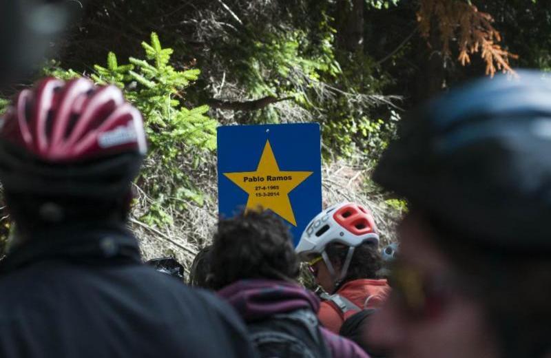 Los ciclistas colocaron una estrella amarilla en el lugar del accidente que mató a Pablo Ramos. (Archivo)