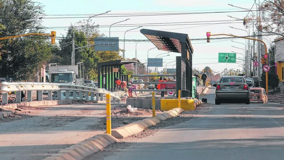 Los vehículos particulares que transiten por los tramos exclusivos para el transporte público serán multados. Foto: Juan Thomes.