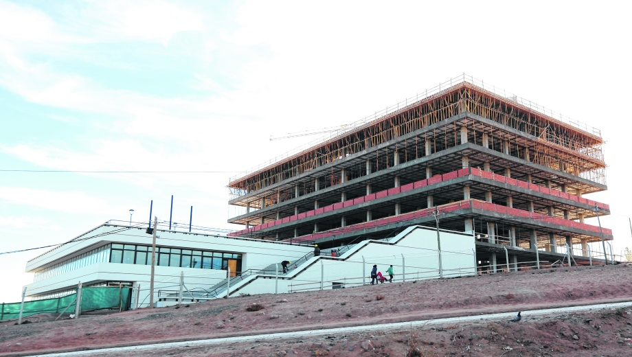 Hace tres años que se construye el nuevo edificio de la comuna en la zona oeste. Foto: Juan Thomes.