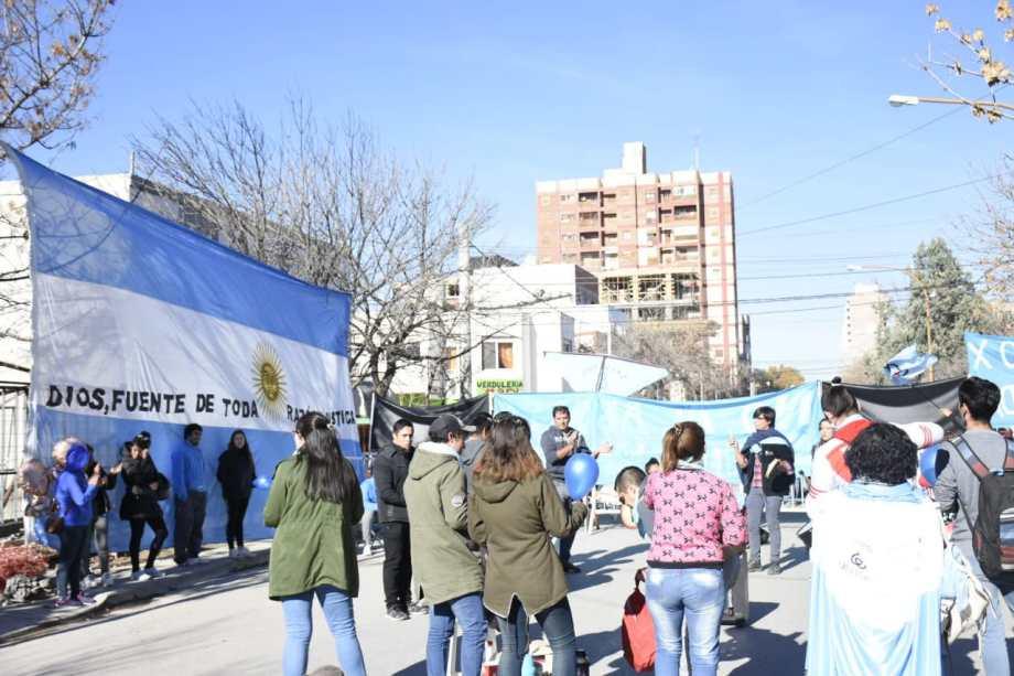 El grupo identificado con pañuelos celestes insultó a la prensa. (Foto: Florencia Salto.-)