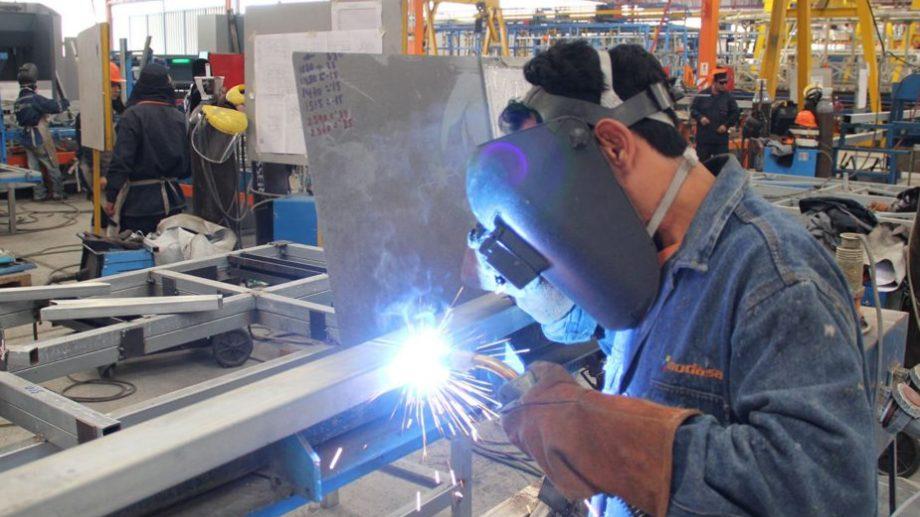 Según el Indec, la industria bajó 2,3% en octubre, y la ...