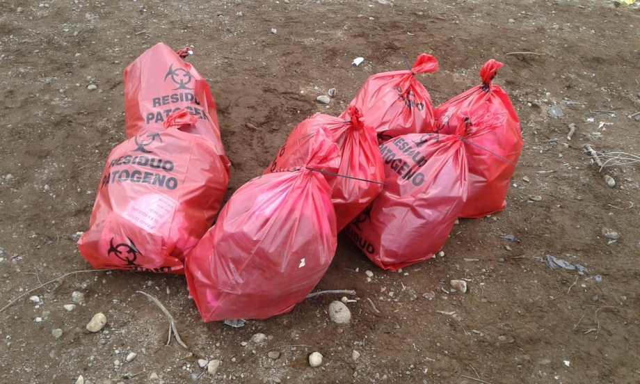 Las bolsas rojas se encontraron en el vertedero. Foto: gentileza