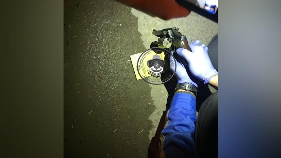 El sujeto escondió el revólver entre sus prendas y la policía lo encontró en una requisa. (Foto: Gentileza.-)