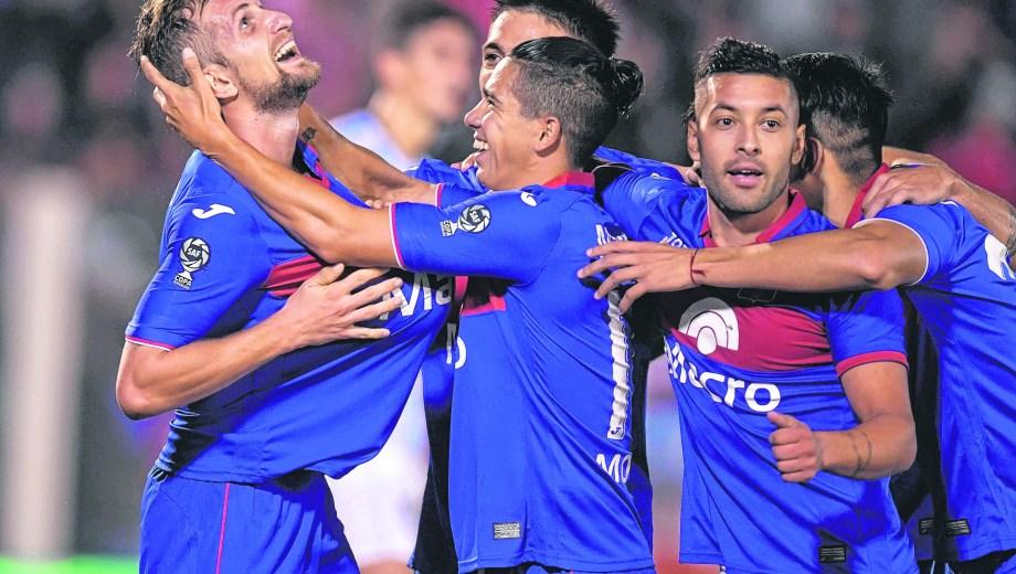 Colazo ya anotó el cuarto y recibe el saludo de Cachete Morales. Gran partido de Tigre en Victoria.