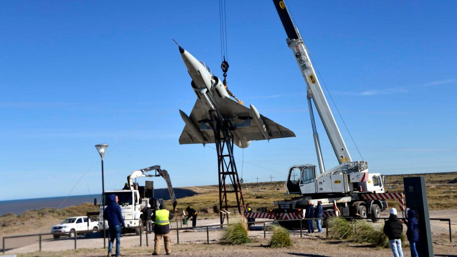 El montaje del avión de guerra que estará en el Memorial de Malvinas. Foto Gentileza: Andrés Caballeri.