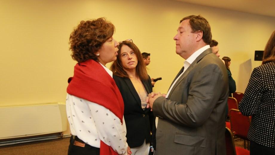 El gobernador Alberto Weretilneck junto a la gobernador electa Arabela Carreras. Foto: gentileza