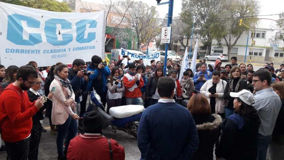 Movilización puertas afuera del Concejo Deliberante. Foto: Eva Murati